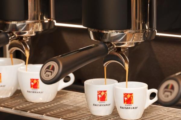 kaffeemaschine-mit-laufendem-espresso2857062D0-63F4-FEA3-CD88-1FE1B33007BB.jpg