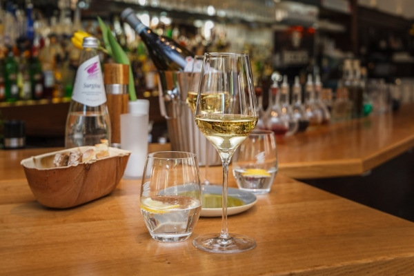 wein-im-glas-ambiente-barCE91A4F6-C0E8-7060-A714-13870EB3DED4.jpg